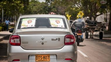 Un carro particular circula  en la ciudad con publicidad electoral que no cubre la totalidad de las ventanas.