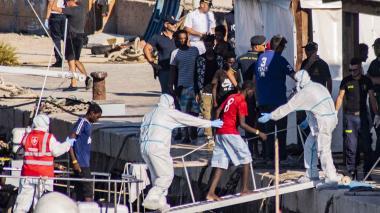 Navío con los migrantes en aguas del Mediterráneo.