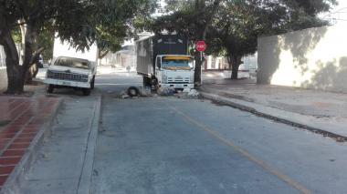 """""""La gente está bloqueando las vías para que los buses no dañen las calles"""", dice comunidad"""