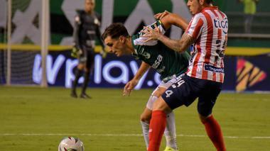 El volante Leonardo Pico, autor del primer gol de Junior, marcando a Juan Ignacio Dinenno.