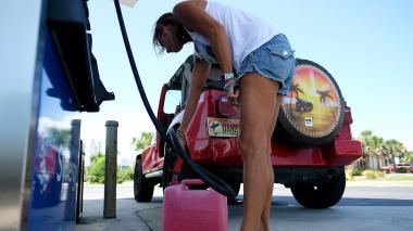 Una mujer compra gasolina en una estación de servicio en Florida.