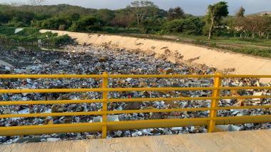 Esta es la Autopista al Mar en el puente. En el arroyo reposan restos de neveras e icopor.
