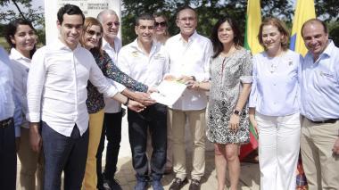 Los gobernadores costeños en la firma del Pacto Región Caribe en Mompox con la directora del DNP, Gloria Alonso.