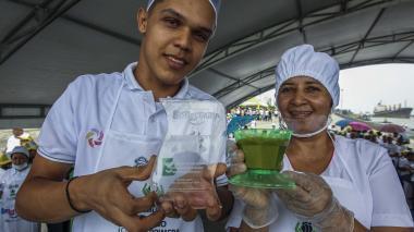 Carmen Colón y César Mendoza, ganadores del primer puesto con su plato, Dulce de Ahuyama.
