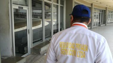 Personal de seguridad del complejo judicial inspecciona el lugar tras recibir la llamada amenazante.