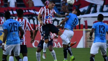 Leonardo Pico cortando un balón de cabeza.