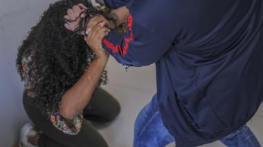 Imagen ilustrativa en la que un hombre golpea con las manos a una mujer que está de rodillas.