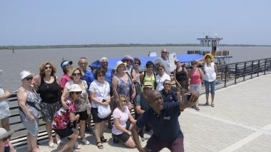 Turistas extranjeros en el Gran Malecón del Río.