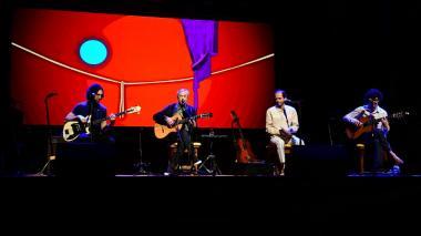 Caetano Veloso junto a sus hijos en el escenario de Barranquijazz.