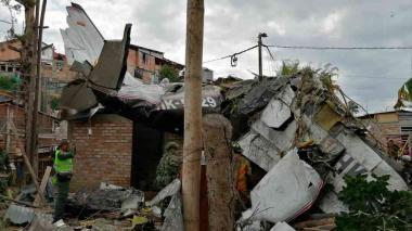 En video | Caída de una avioneta en un barrio de Popayán deja siete personas muertas