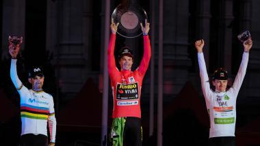 El esloveno Primoz Roglic alza su trofeo.