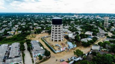 Panorámica de un barrio de Sabanalarga donde se precia un tanque elevado de agua.