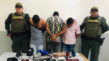 Capturan a tres jóvenes tras robar en un local en Simón Bolívar