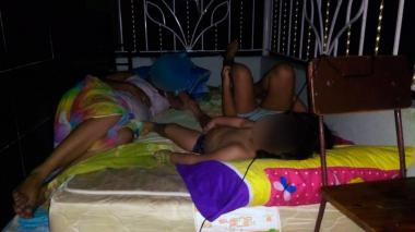 Una familia residente del barrio Los Ángeles duerme en la terraza.