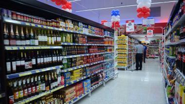 Estante de licores en un supermercado de la ciudad.