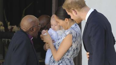 En video | Primera salida oficial de Enrique, Meghan y Archie para reunirse con Desmond Tutu