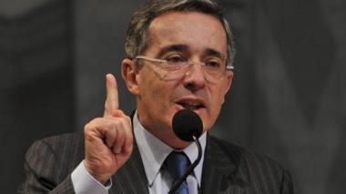 Álvaro Uribe comparte meme suyo relacionado con la fuga de Aida Merlano