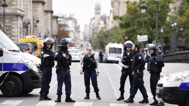 Cuatro agentes mueren en ataque en estación policial en París