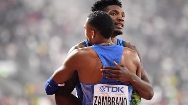 Anthony Zambrano es felicitado por el estadounidense Fred Kerley.