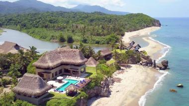 Hotel-boutique en la playa de Los Naranjos donde desemboca el río Piedra.