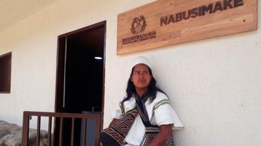 Un arhuaco frente a la sede de la Registraduría.