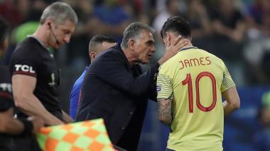 El técnico portugués Carlos Queiroz le da indicaciones a James en un partido de la Selección Colombia.
