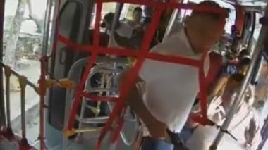 En video | Delincuente atraca a conductor de bus y pasajeros en 48 segundos