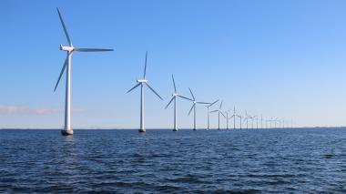 Granja eólica costa afuera en el océano Pacífico para generación de energía.