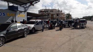 Largas colas en las estaciones de servicio en Riohacha.