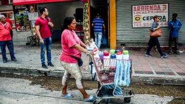 Vendedores ambulantes de alimentos que trabajan en el centro de Barranquilla.