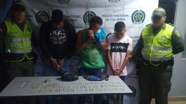 Los tres capturados con la droga que les fue incautada.