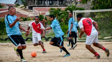 Francisco Pérez, jugador del Dim y goleador del torneo, conduce la pelota ante la marca de los jugadores de Cuchilla.