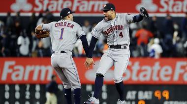 Peloteros de Astros celebran el triunfo.