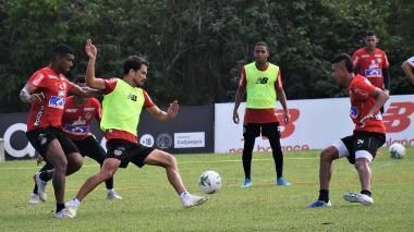 Sebastián Hernández intenta recuperar un balón ante Luis Narváez y Cantillo.