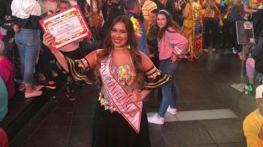 En pleno Times Square, Glenda Fayad muestra la distinción que le entregó la organización del Carnaval de Barranquilla en Nueva York un día antes de presidir el Desfile de la Hispanidad celebrado el 12 de octubre por la Quinta Avenida de esa ciudad.