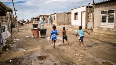 Niños correan en el asentamiento Adonay, en Tasajera, epicentro en donde hace 14 meses se cumplió una brigada social.
