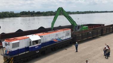 Tren en Puerto Capulco, en Gamarra, Cesar con carga de carbón  después de ser transportada por río.