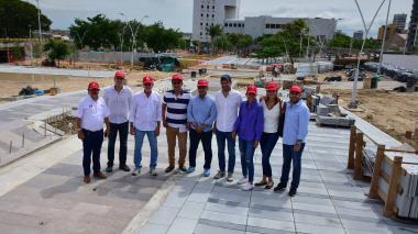 El gobernador Eduardo Verano y el gerente de EL HERALDO, Juan Pablo Bojanini, en compañía de funcionarios, empresarios y columnistas, durante el recorrido por las obras.