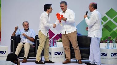 Miguel Espinoza, presidente ejecutivo de Fitac, el presidente Iván Duque, y Guillermo González, presidente de la junta de Fitac, durante la instalación del Congreso Internacional en el Puerta de Oro.  Con ellos el gobernador Eduardo Verano.