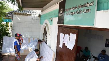 Juan Bautista junto a su hermano mientras revisaban los listados de votantes en Campo de la Cruz.