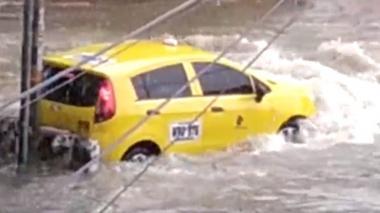 En video | Arroyo arrastra taxi en el barrio Olaya