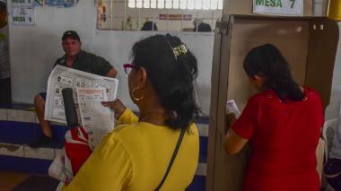 Una mujer ejerce su derecho al voto en el colegio Metropolitano de Soledad 2000.