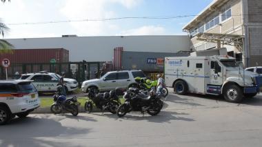 En video | Delincuentes roban cuatro tulas de dinero de camión de valores sin que conductor se percate