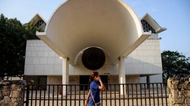 Una mujer transita por la fachada del teatro Amira de la Rosa.