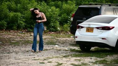 La hija de Merlano durante la  entrega de la camioneta Toyota.
