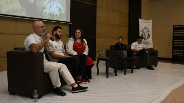 Alex Quessep, Orlando Malkún, Silvia Ibáñez, Nancy Cabrera y Manuel Mendoza en el conversatorio.