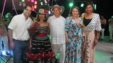 Leonardo Gamarra en compañía de las directivas del Encuentro Nacional de Bandas y de la alcaldesa de Sincé, Lucy García Montes.