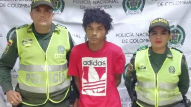 El capturado, Omar David Mercado Palencia, en medio de dos agentes de la Policía.