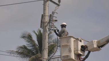 Un operador de Electricaribe realiza trabajos de mantenimiento en las redes locales.