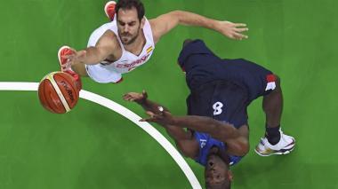 El base de la generación dorada del básquet español, José Manuel Calderón, jugando en los Olímpicos de Río.
